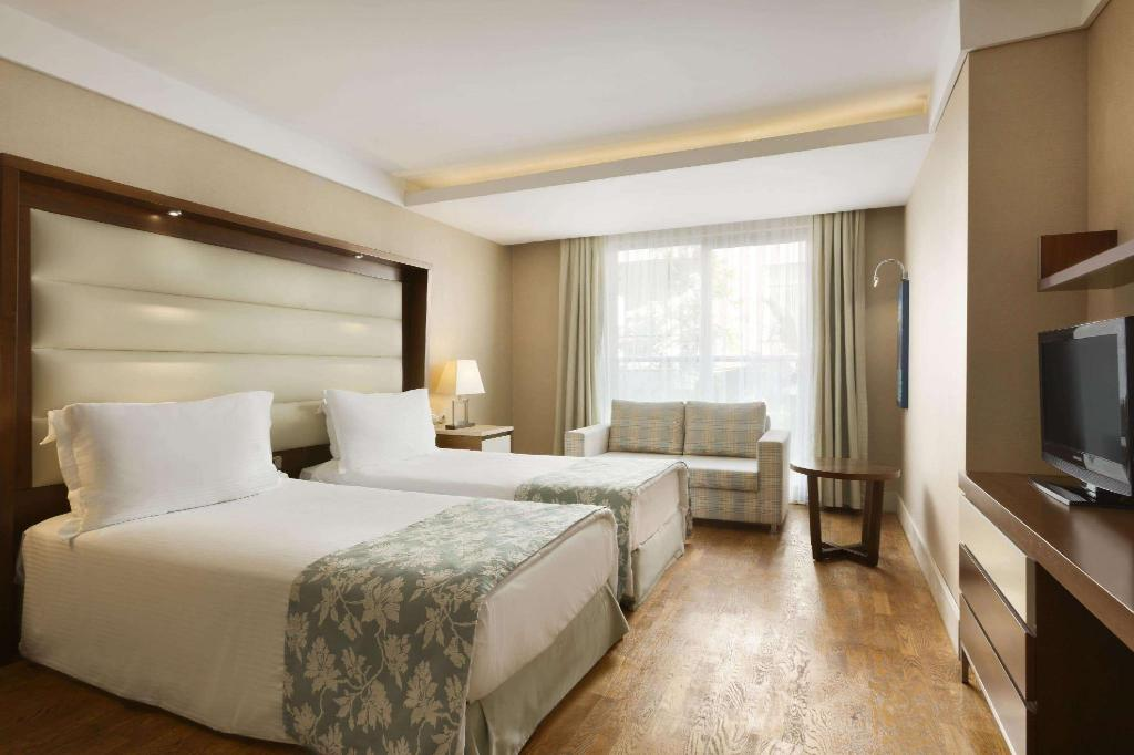 1 Double Bed and 2 Twin Beds, Economy Room, Non-Smoking - Svečių kambarys Ramada Plaza by Wyndham Antalya