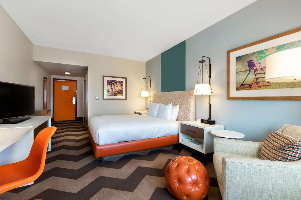 1 King Bed - Guestroom DoubleTree by Hilton Galveston