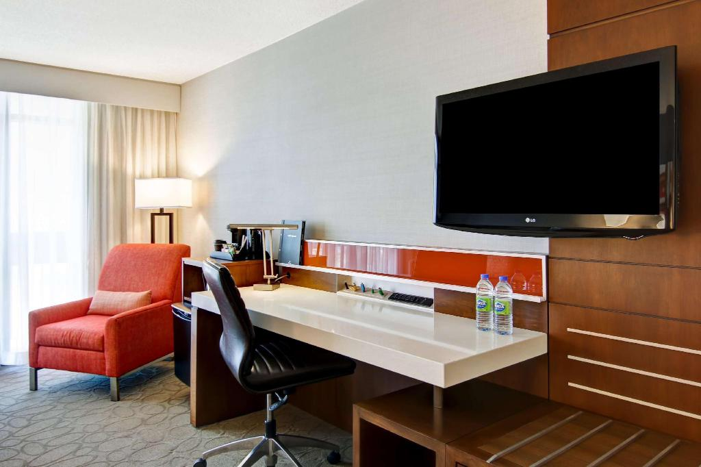 1 King Bed Premium Room - Guestroom Hilton Mississauga Meadowvale