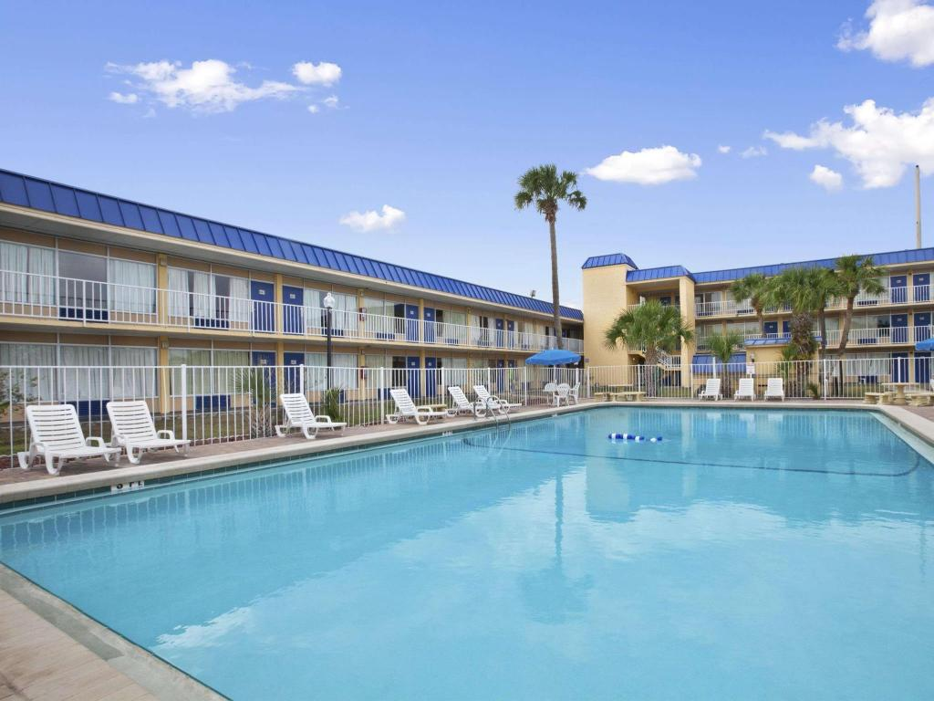 Swimming pool [outdoor] Days Inn by Wyndham Orlando Downtown