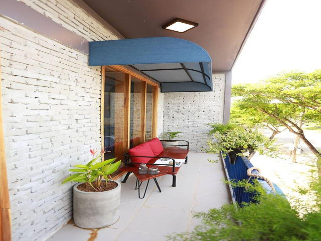 Outside seating area 2 Bedrooms Balcony Apartment- Denim House
