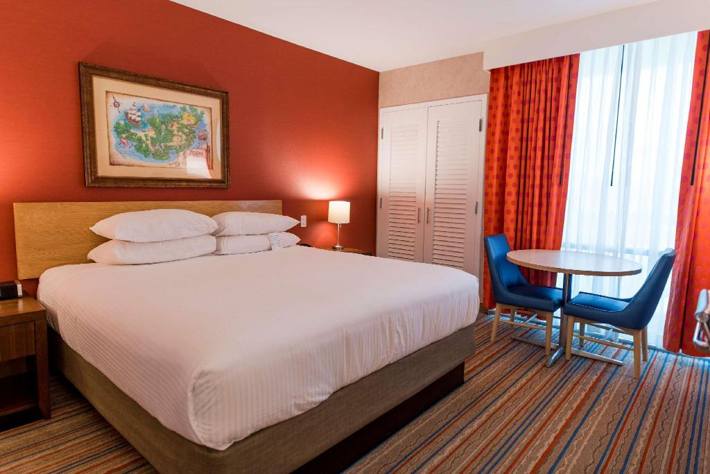 1 King Bed and 1 Bunk Bed, Two-Bedroom Family Suite, Building 1, Non-Smoking - Guestroom Howard Johnson by Wyndham Anaheim Hotel & Water Playground