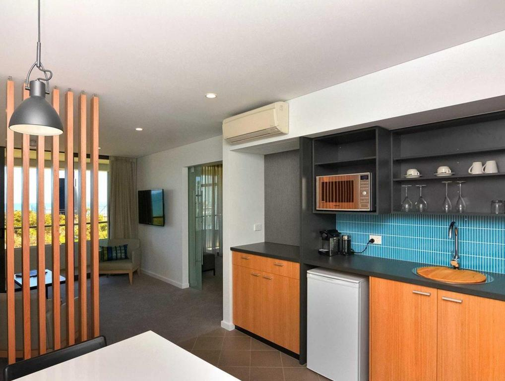 quality hotel lighthouse in bunbury room deals photos. Black Bedroom Furniture Sets. Home Design Ideas