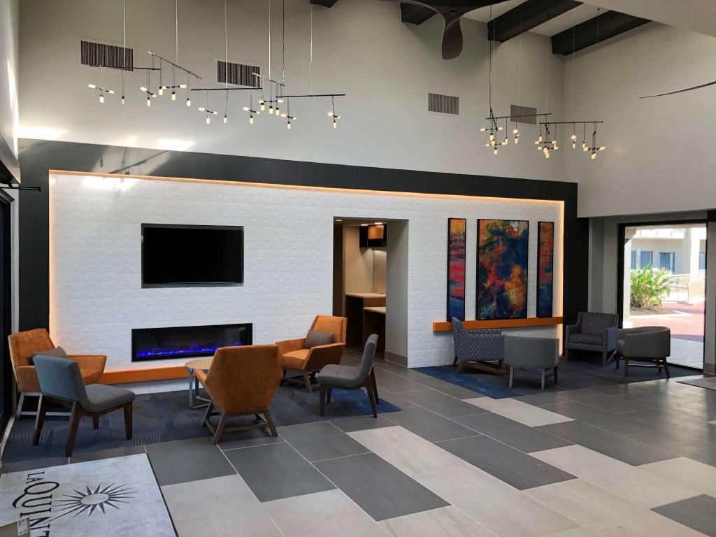 Lobby La Quinta Inn & Suites by Wyndham Ft. Myers-Sanibel Gateway