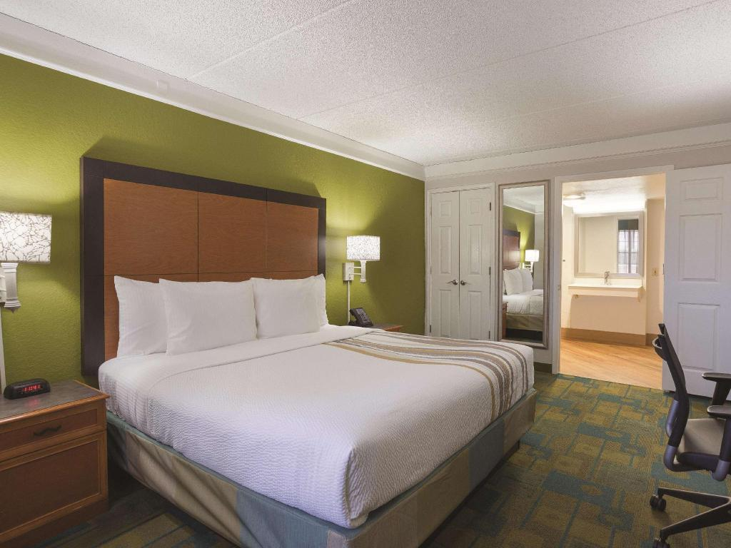 1 King Bed, Mobility Accessible Room, Non-Smoking - Guestroom La Quinta Inn by Wyndham San Diego Chula Vista