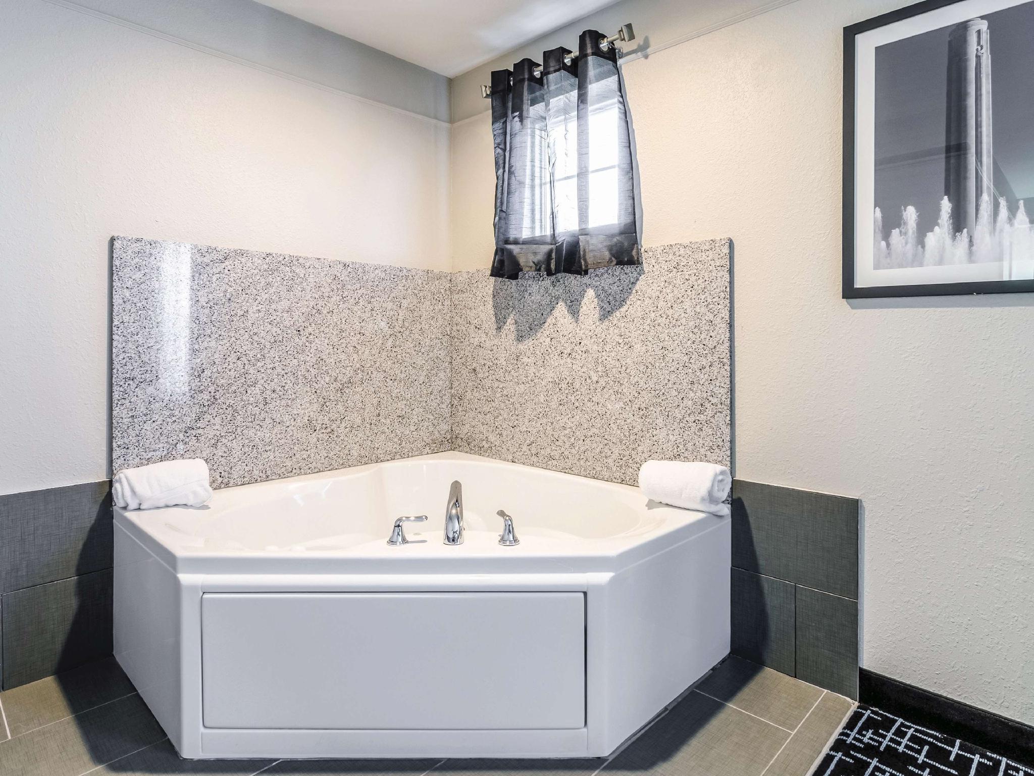 La Quinta Inn Suites By Wyndham Kansas City Airport Hotel Kansas City Mo Deals Photos Reviews