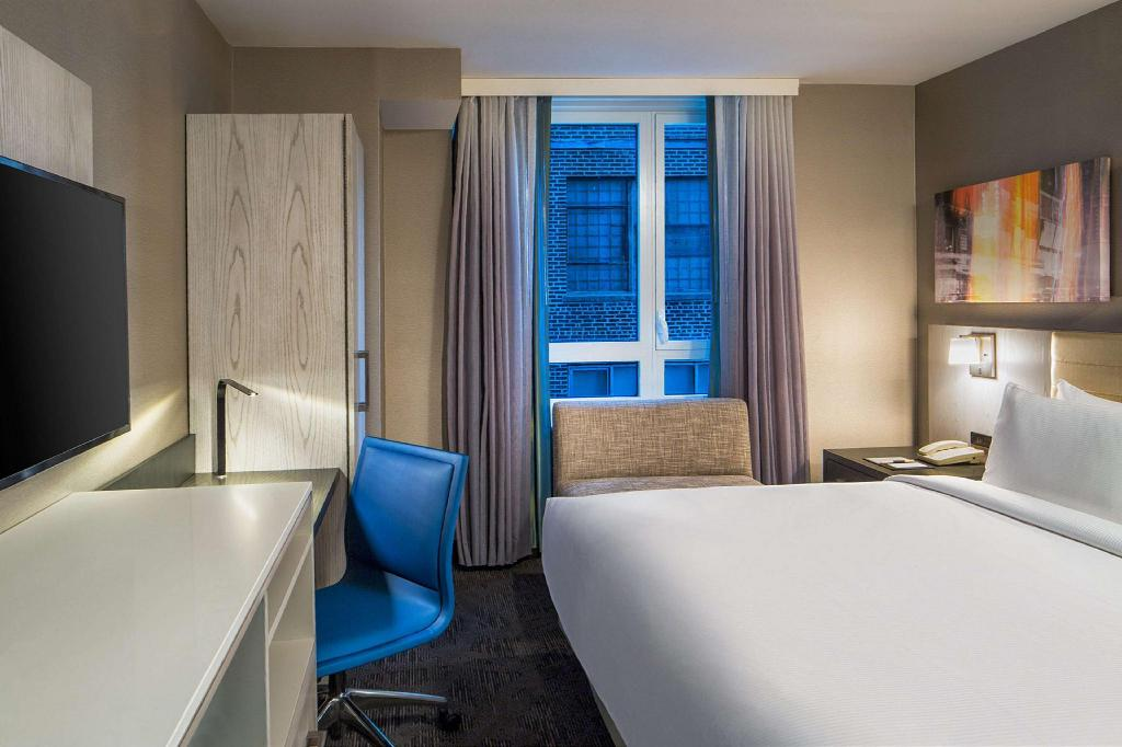 1 King Bed Standard - Guestroom Doubletree By Hilton New York Times Square West