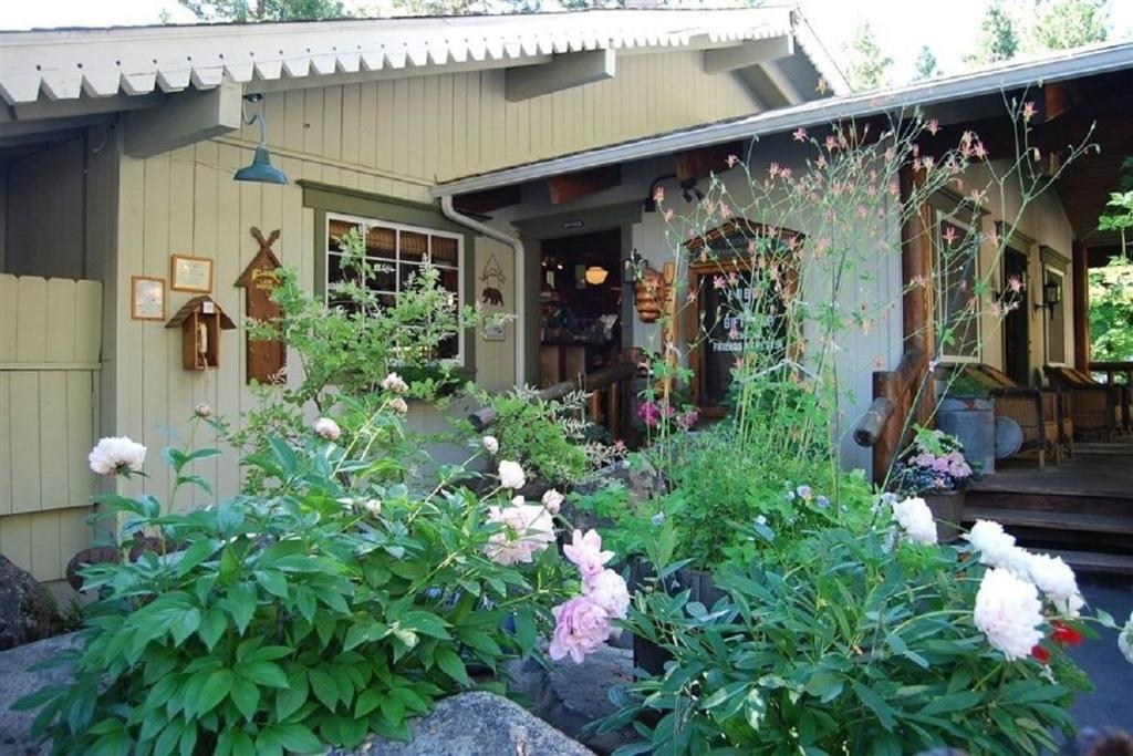narrow gauge inn in fish camp ca room deals photos. Black Bedroom Furniture Sets. Home Design Ideas