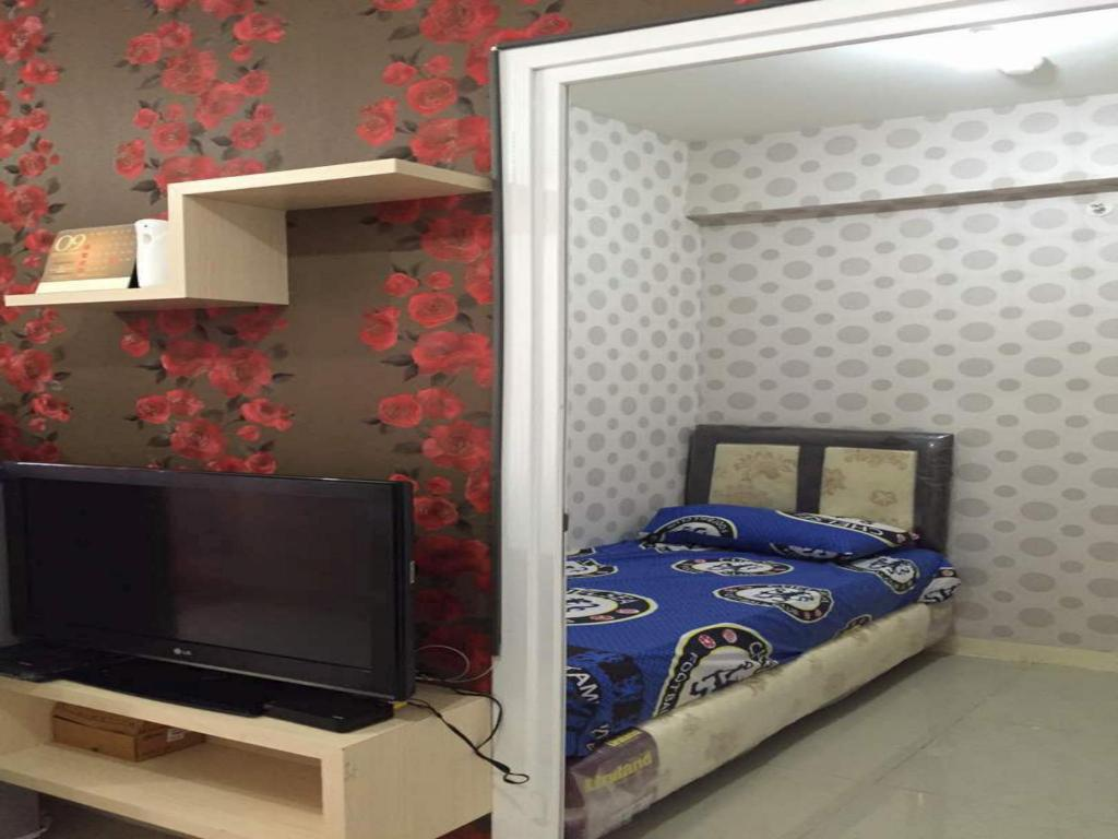Guestroom Green Pramuka City 2BR Deluxe by Novi 19
