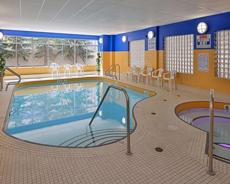 Swimming pool Econo Lodge Inn and Suites University Calgary