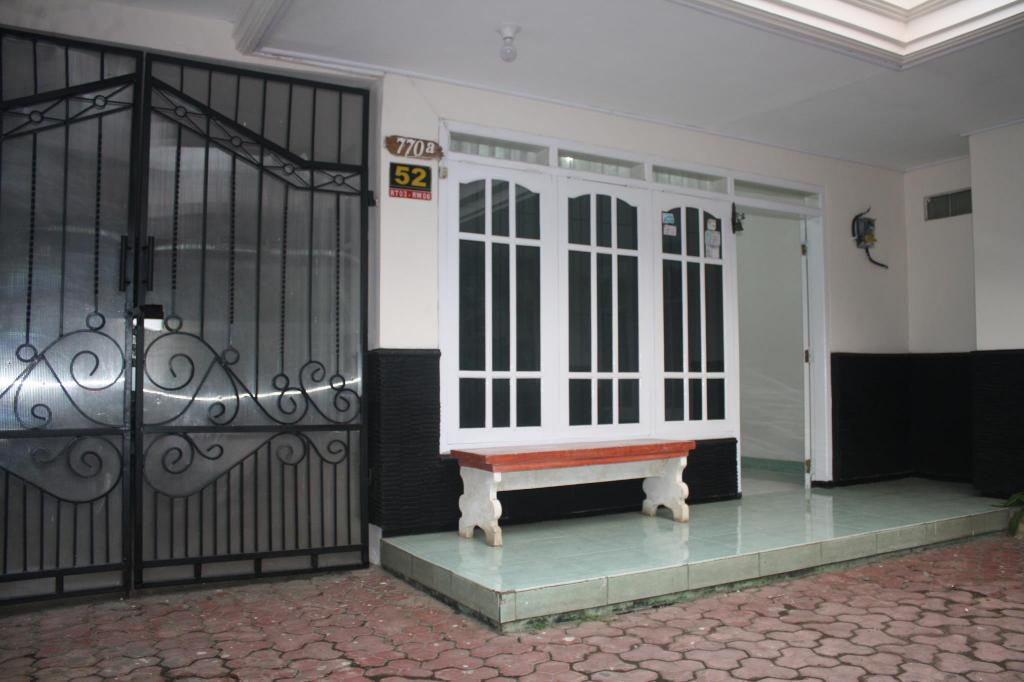 Outside seating area Joyo Homestay Syariah Standard Room 2