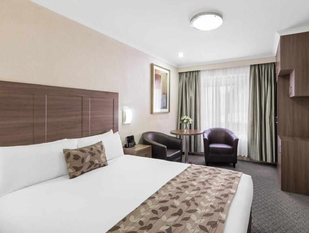 Standard Queen Room - Bed Best Western Plus Garden City Canberra