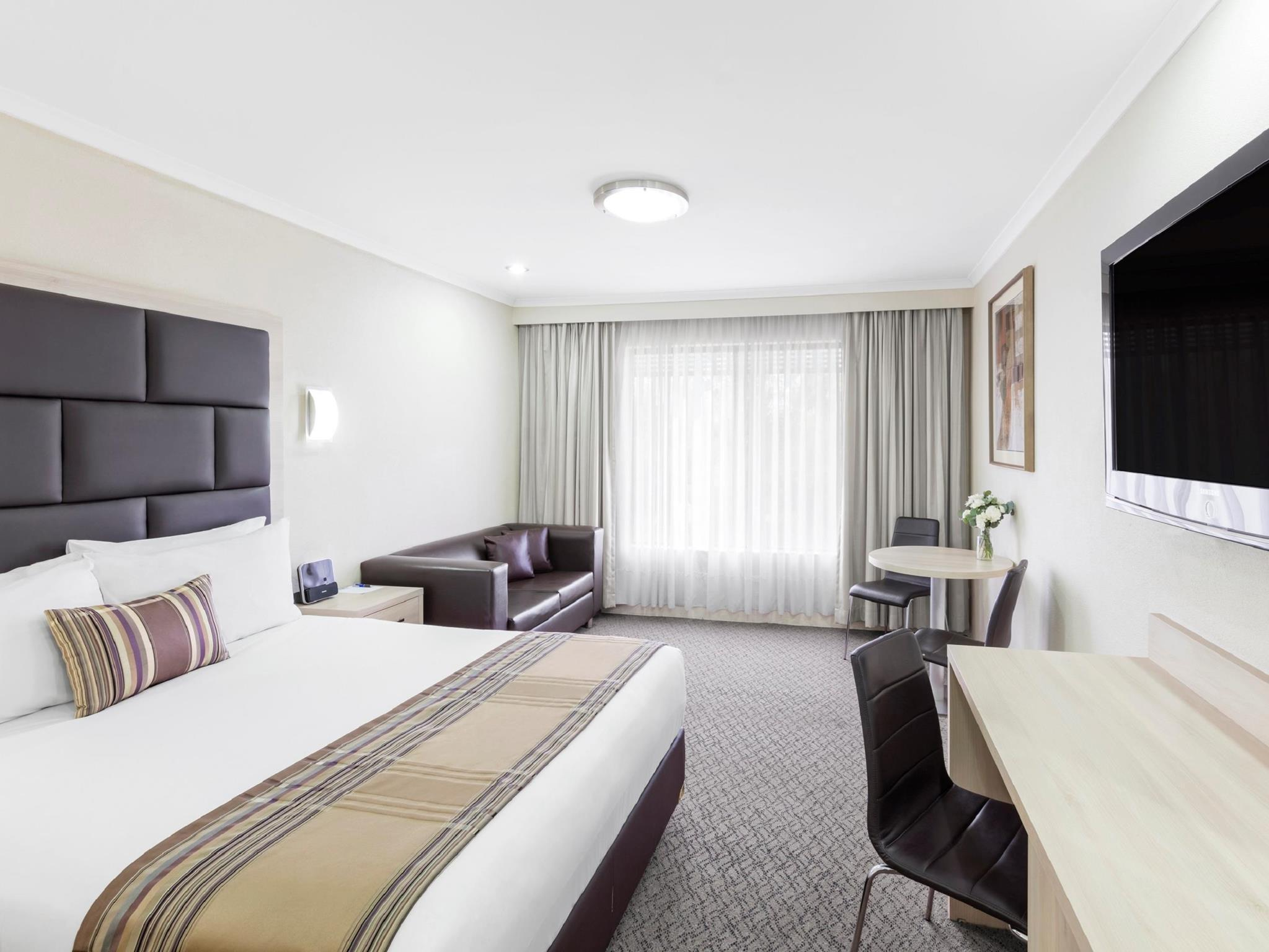 1 Queen Bed  Deluxe Room, Free Wi-Fi, Free Foxtel, Free Movies, Iphone Ipod Dock Station, Non-Smokin