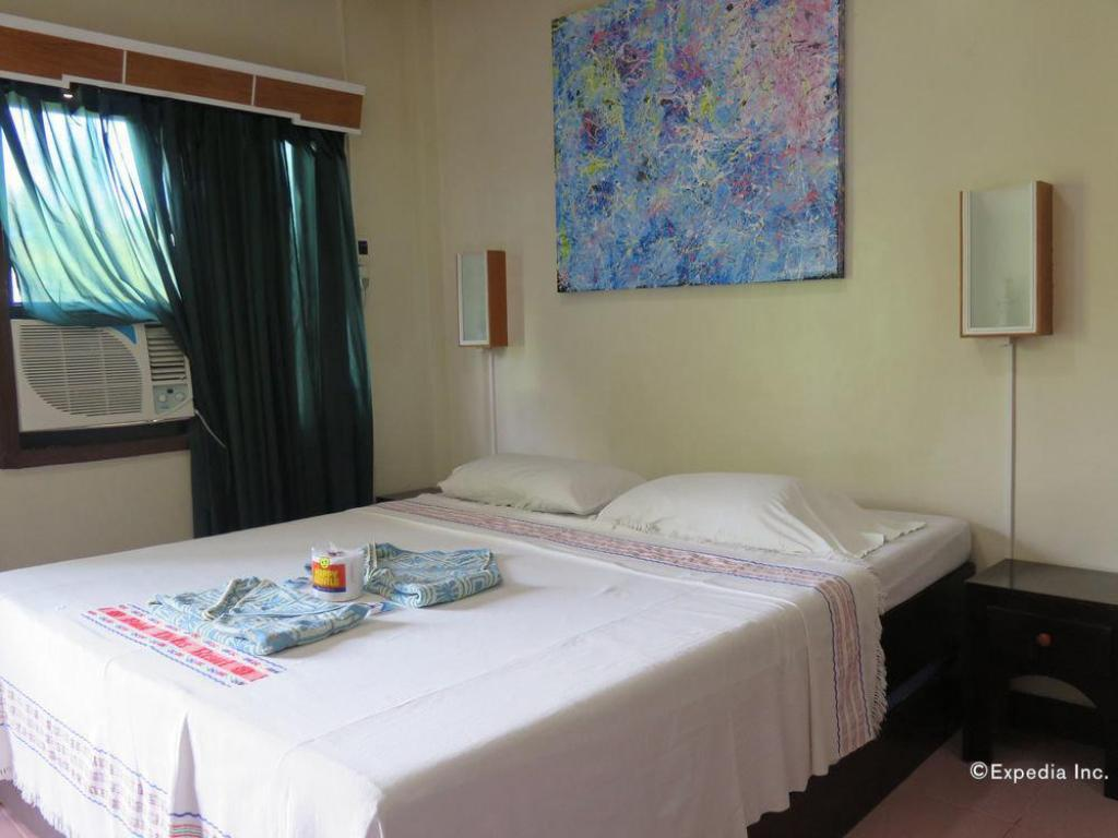 Chateau Standard Double Room - Bed Bohol Divers Resort