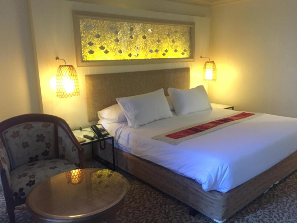 Deluxe Platinum King Bed - Bed Ploy Palace Hotel