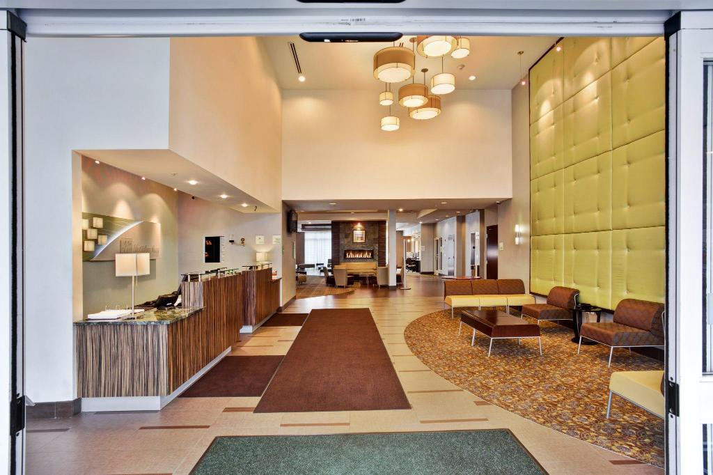 Lobby Holiday Inn Hotel & Suites Detroit Metro Airport
