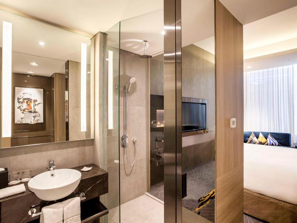 Deluxe 1 Double Bed - Bathroom Novotel Singapore On Stevens
