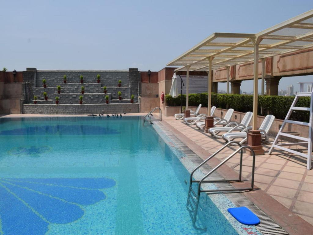 Swimming pool The Bristol Hotel - Gurgaon