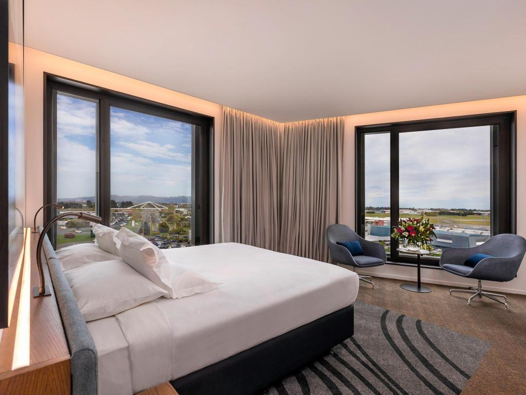 Superior King Bed - Guestroom Novotel Christchurch Airport