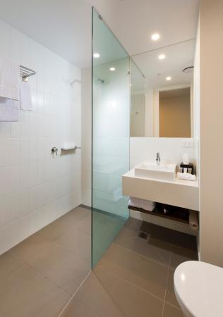 1 Double 1 Single Standard - Bathroom ibis Brisbane Airport