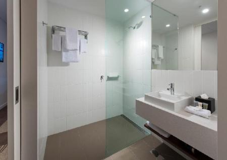 Standard Queen Bed - Bathroom ibis Brisbane Airport