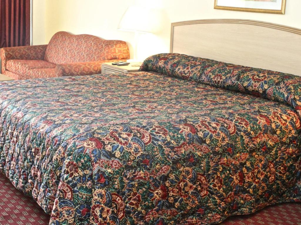 1 King Bed Nonsmoking - Bed Family Inns of America Mobile