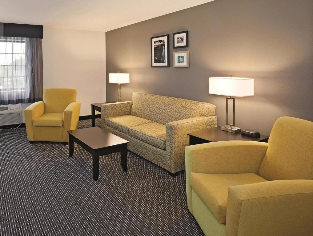 Vista interior La Quinta Inn & Suites Cleveland Macedonia