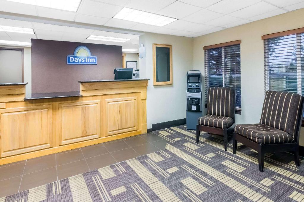 Lobby Days Inn by Wyndham Bismarck