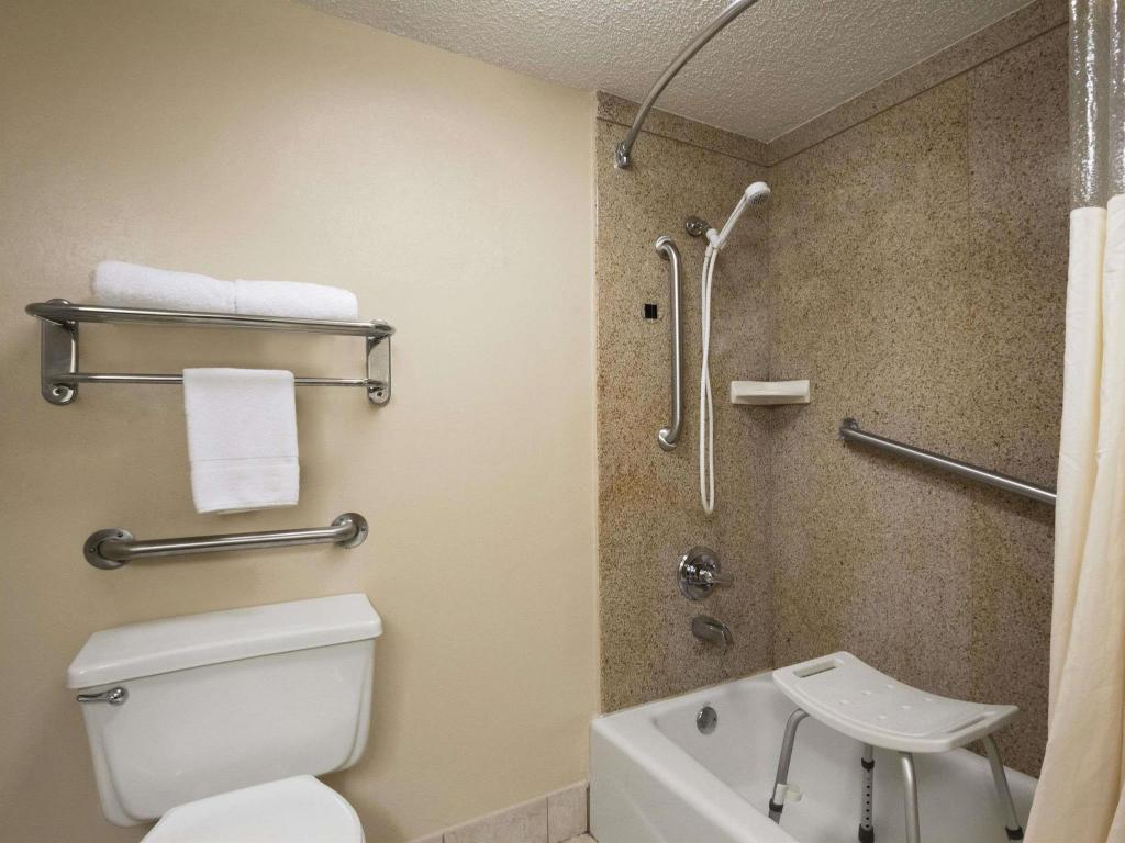 Kamar Mandi Days Inn & Suites by Wyndham Tuscaloosa - Univ. of Alabama