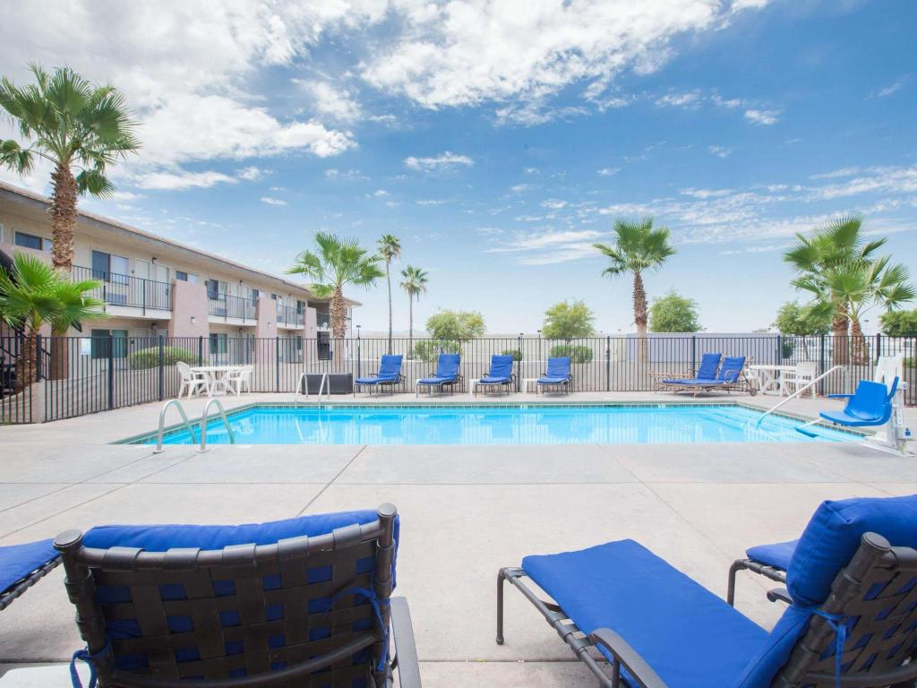 בריכת שחיה Days Inn by Wyndham Lake Havasu