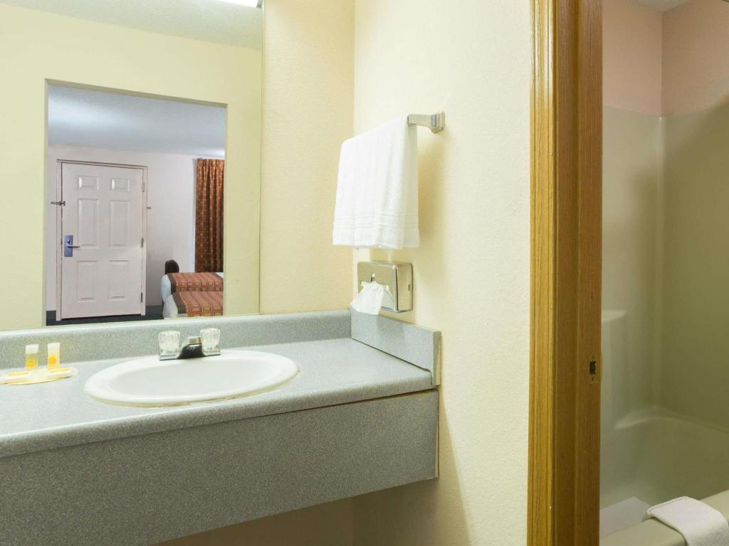 Badezimmer Days Inn by Wyndham Indianapolis East Post Road