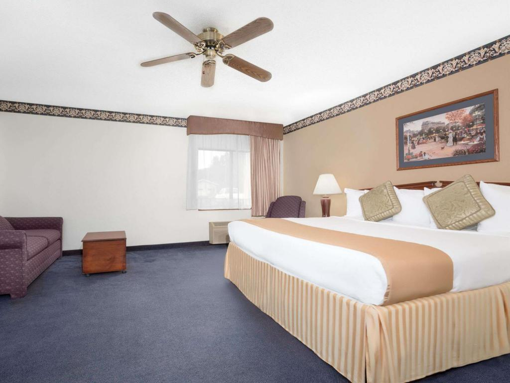1 King Bed - Nonsmoking Suite - Free Continental Breakfast, Free Wifi, Whirlpool