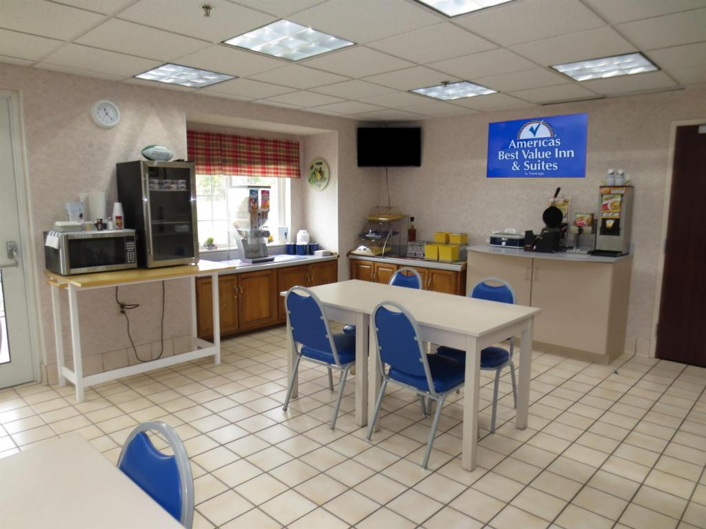 Kafe Americas Best Value Inn & Suites - Maryville, MO