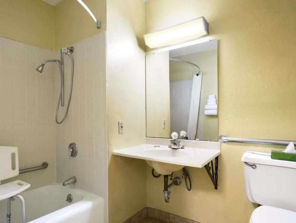 Kamar Mandi Super 8 By Wyndham Huntsville Alabama
