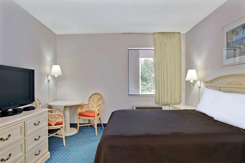 1 King Bed Smoking Travelodge by Wyndham Orlando Downtown Centroplex