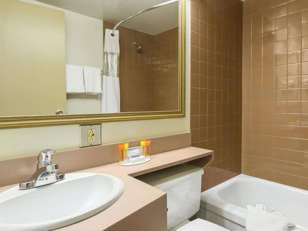 Kamar Mandi Travelodge by Wyndham Edmonton East