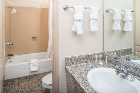 Bathroom Howard Johnson by Wyndham San Francisco Marina District