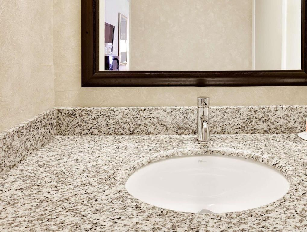 Bagno Howard Johnson by Wyndham North Bay