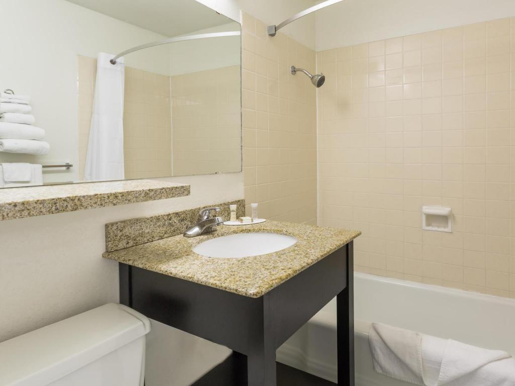 Bathroom Howard Johnson by Wyndham Colorado Springs