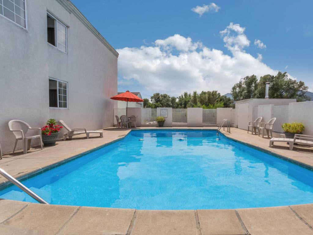 Swimming pool [outdoor] Howard Johnson by Wyndham Colorado Springs