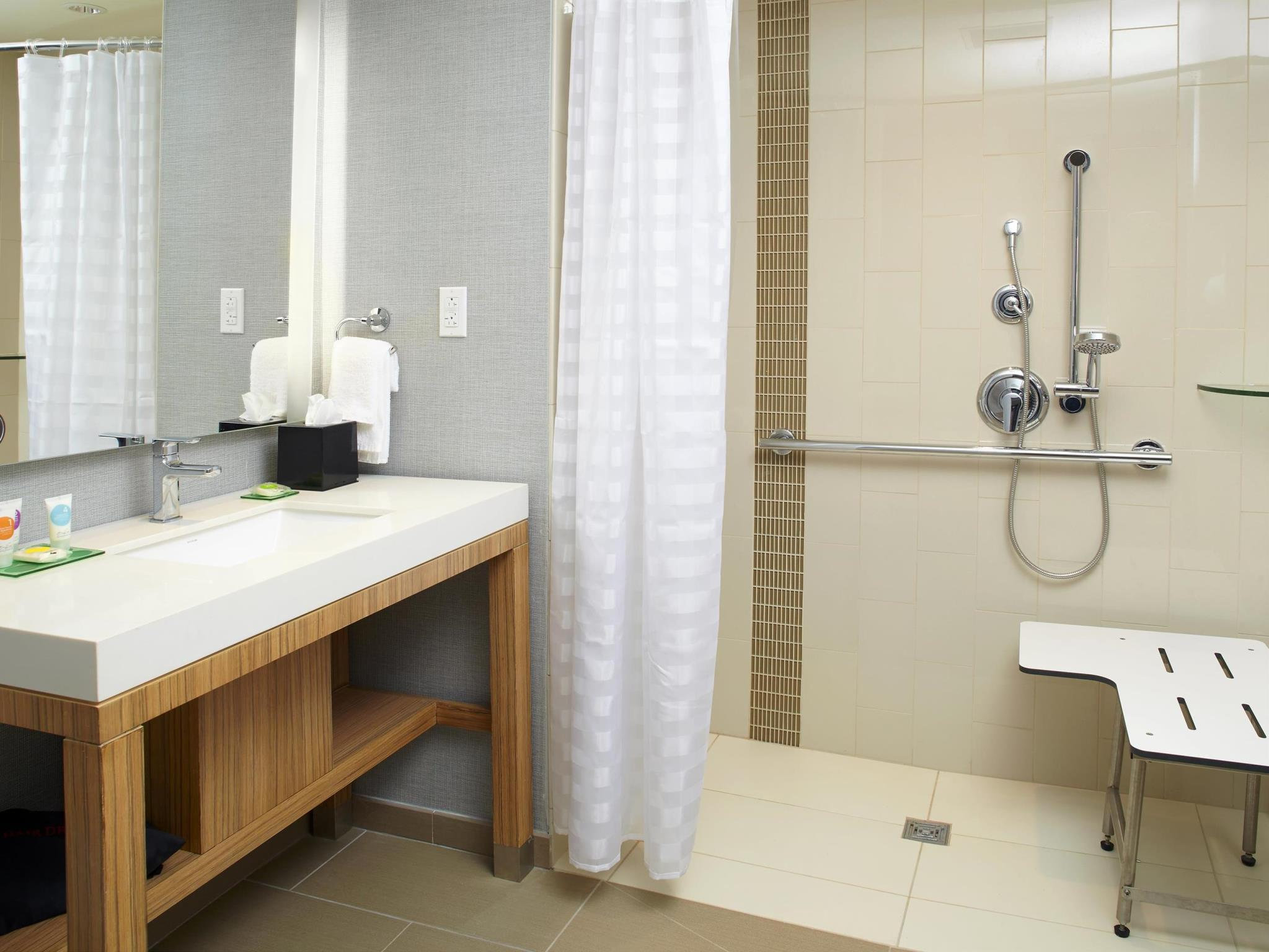 Bathroom Hyatt Place Miami Airport East