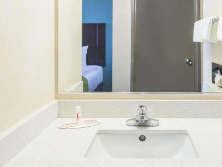 Bathroom Days Hotel by Wyndham Oakland Airport-Coliseum