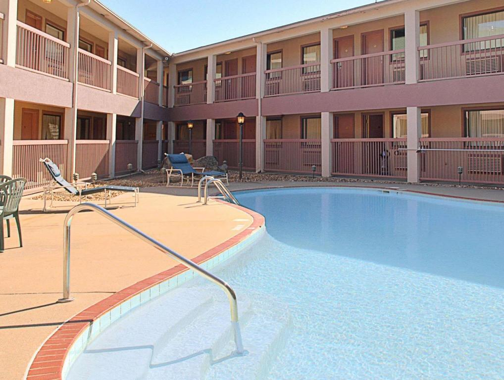 Swimming pool Days Inn & Suites by Wyndham Little Rock Airport
