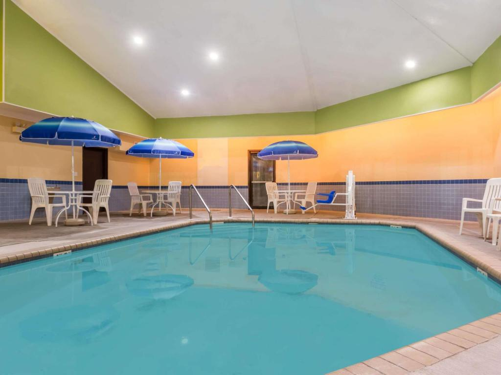 Kolam renang Days Inn & Suites by Wyndham Kaukauna WI