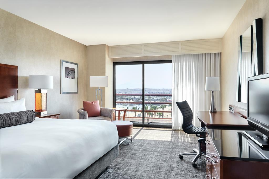Concierge level, Guest room, 1 King, Marina view