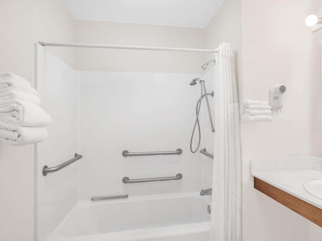 Bathroom Baymont by Wyndham Meridian