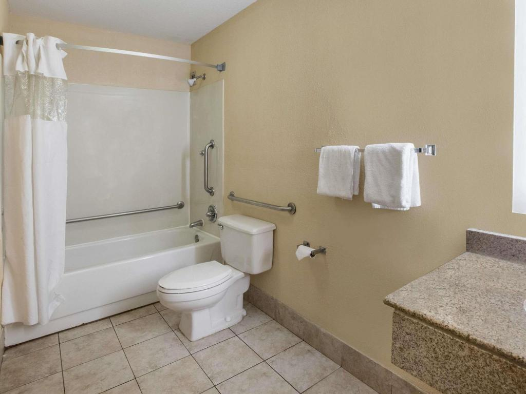 Badezimmer Howard Johnson by Wyndham Romulus Detroit Metro Airport