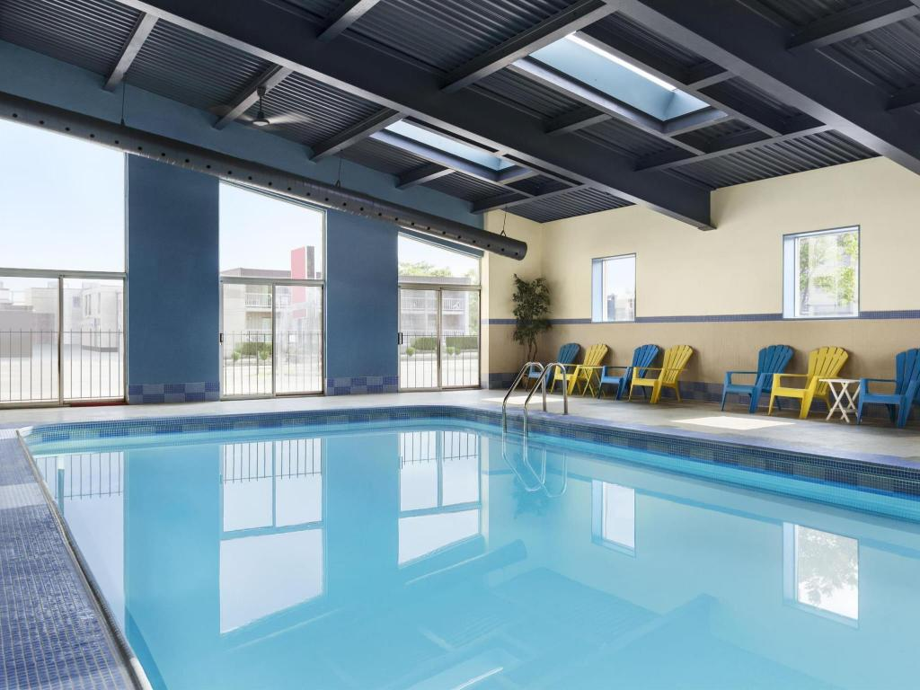 Swimmingpool Days Inn & Suites by Wyndham Niagara Falls Centre St. By the Falls