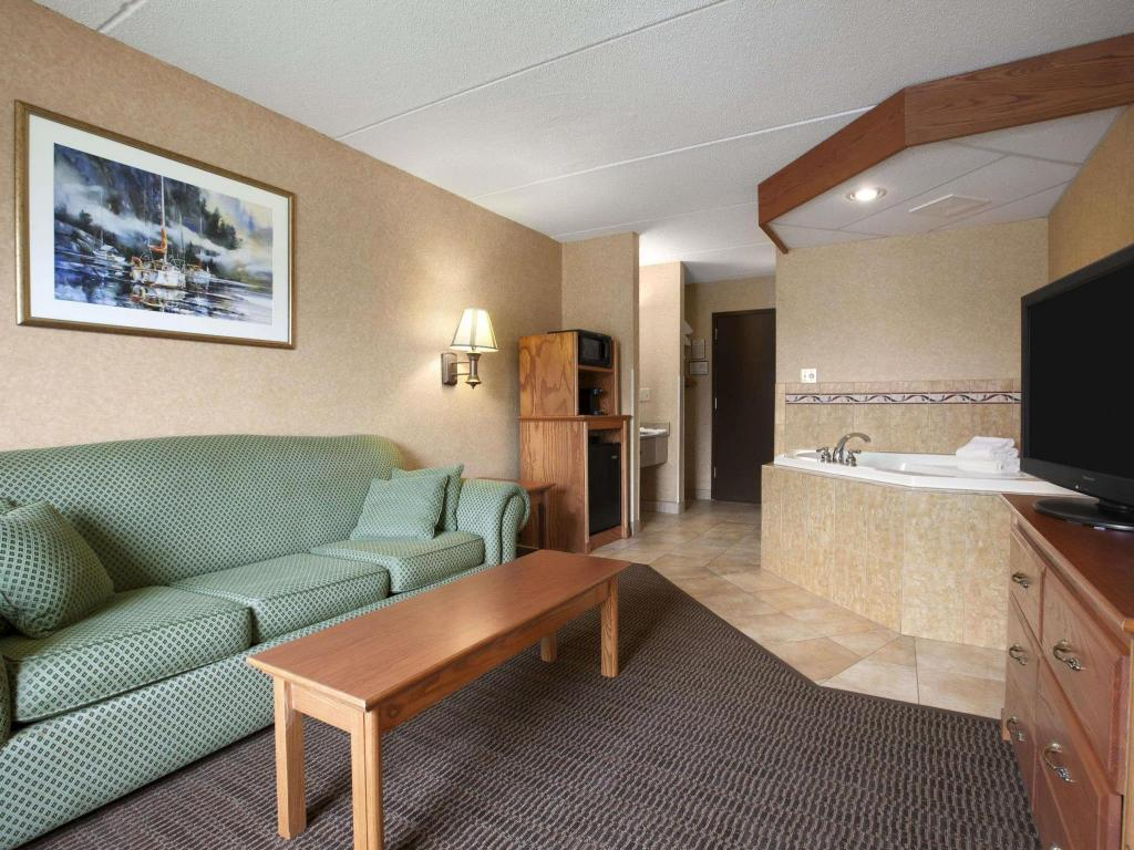 Tampilan interior Days Inn & Suites by Wyndham Plattsburgh