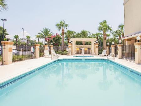 Swimming pool [outdoor] La Quinta Inn & Suites Fort Walton Beach